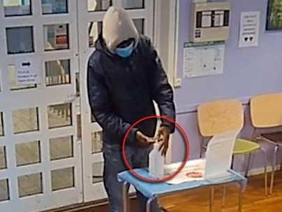 Övervakningsfilmen visar hur den unge mannen noggrant spritar sina händer.