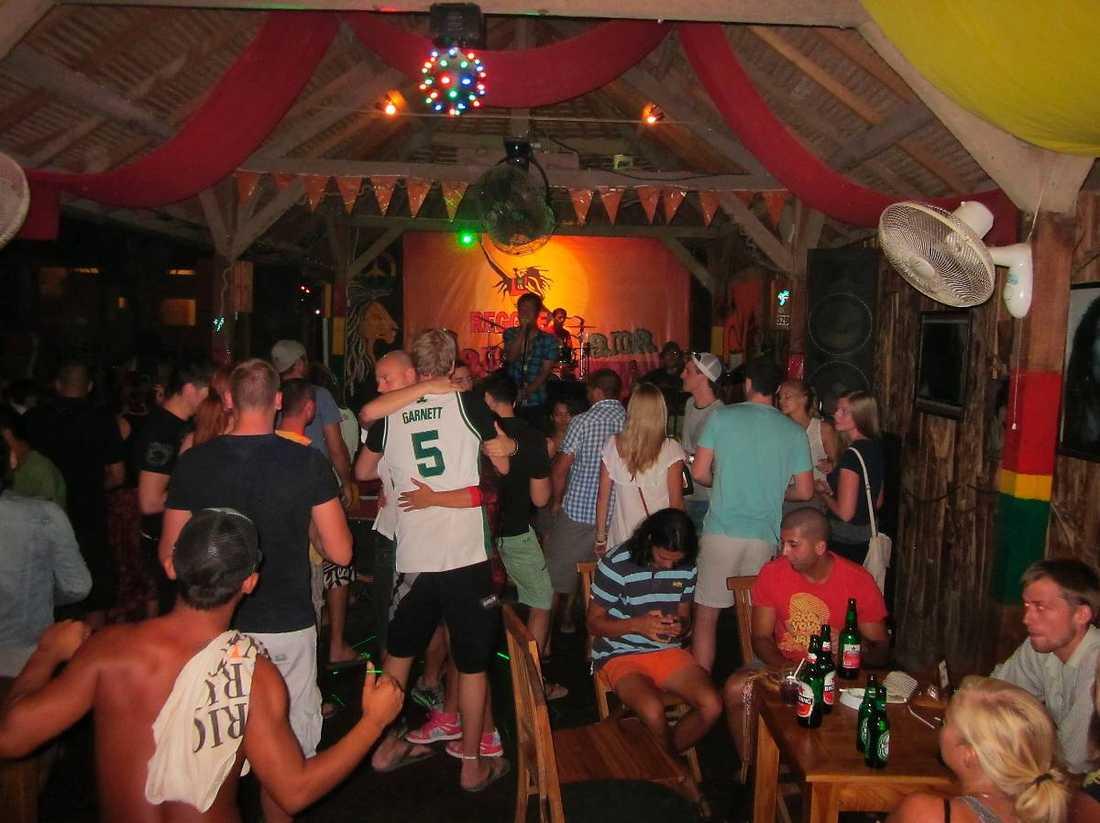 Den populära baren är känd för sin livemusik, och Johan och Michaela hade blivit tipsade om stället. Under kvällen var lokalen full, som den brukar vara varje kväll.