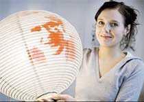 Designern Karin Robérts, 30, har formgivit en rislampa med Olof Palme på.