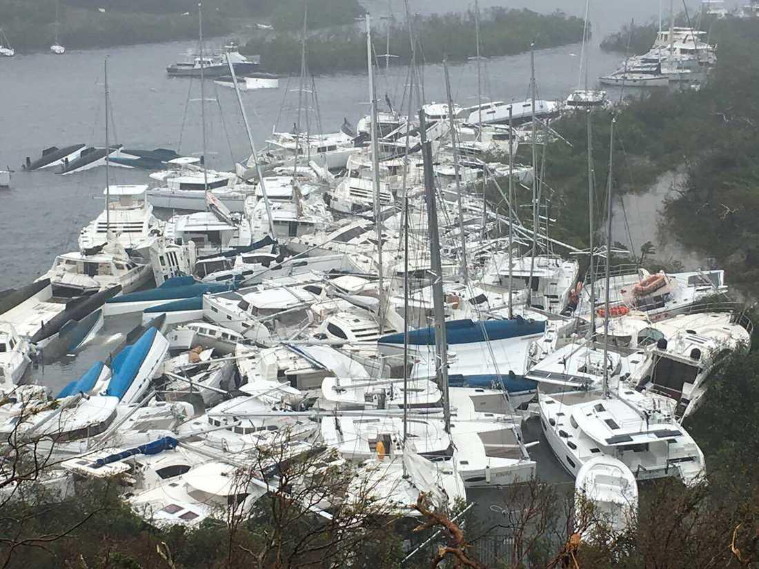 Hamnen vid den lilla ön Tortola, Brittiska Jungfruöarna.