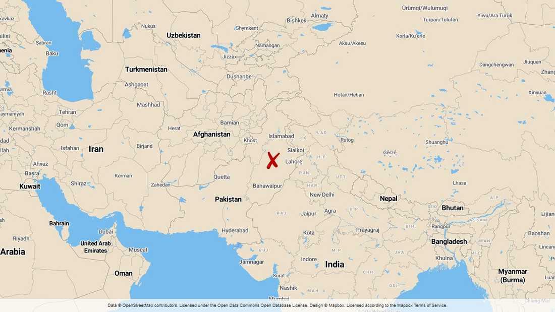 Minst 22 sikhiska pilgrimer, varav 19 från samma släkt, dödades när det fordon de färdades i blev påkört av ett tåg i östra Pakistan.