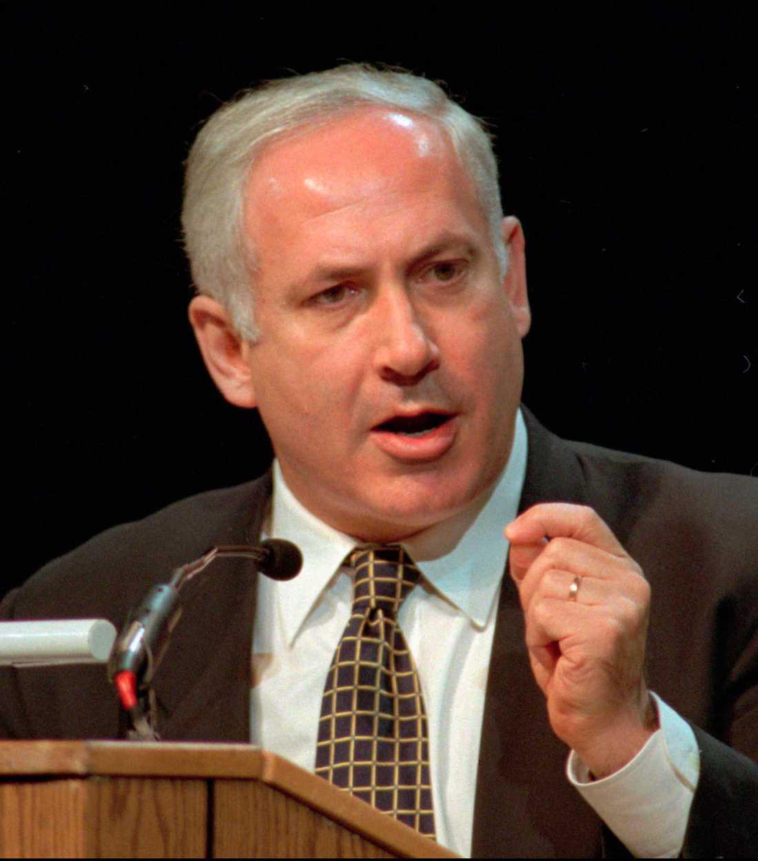 FÖRVÄNTAR SIG ATT USA GER SITT STÖD Israel och premiärminister Benjamin Netanyahu har fått skarp kritik efter bombningen av flera skolor i Gaza. Nu biter han ifrån – resultatet blev 225 miljoner i stöd från USA.