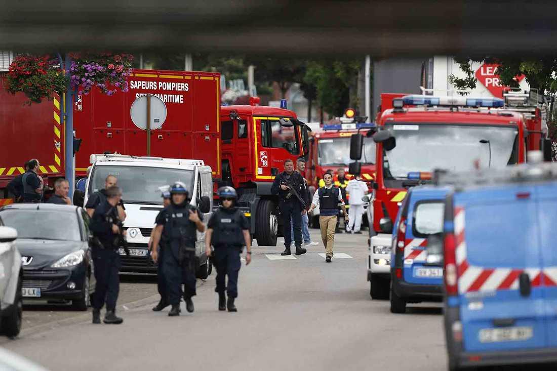 Polis och räddningstjänst på väg till platsen.