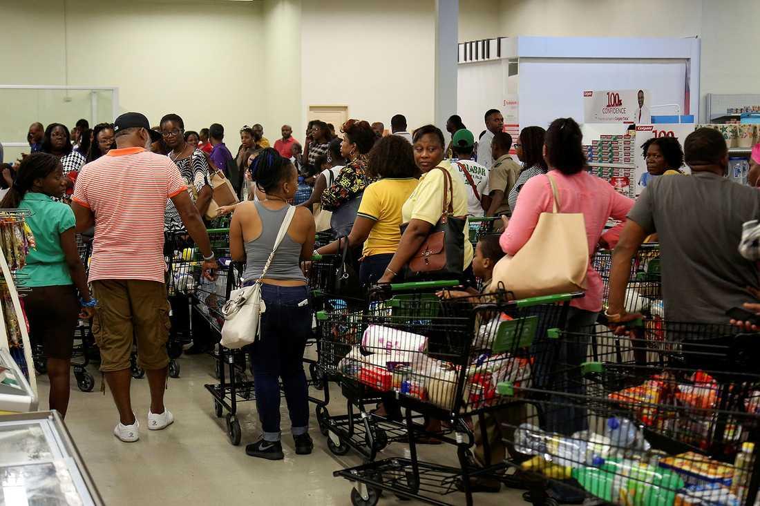 Många människor har tömt matbutikerna på förnödenheter.