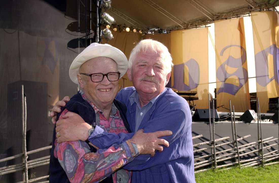 """Povel Ramel och Hasse Alfredson kramar om varandra efter konserten """"Speldosa"""" på Olinspagården i Sälen, sommaren 2001."""