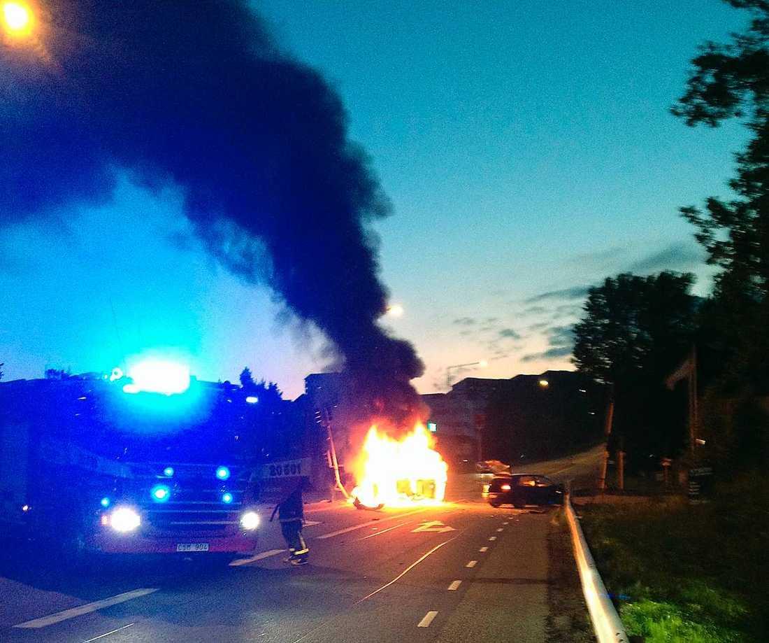 Tolga Durans bild från Danderydsvägen i Stockholm. Han hjälpte själv till att rädda föraren ur den brinnande bilen.