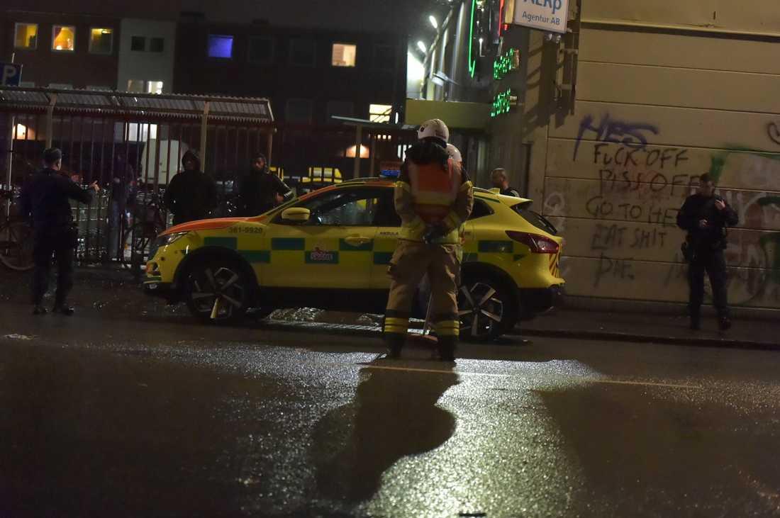 Ambulanspersonal på platsen.