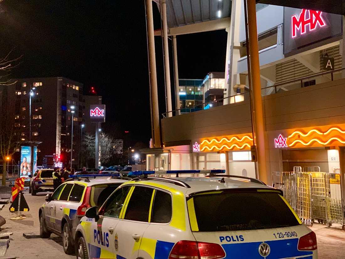 Vid 19-tiden larmades polisen till en hamburgerrestaurang efter att raketer hade smälts av.