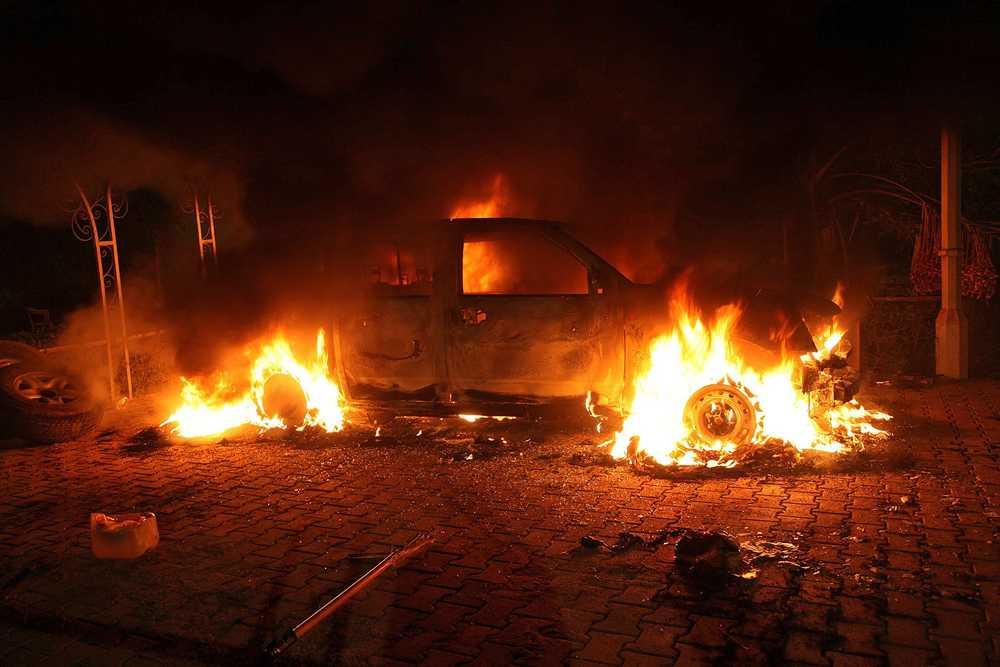 Bild från attentatet mot USA:s konsulat i Libyen 2012. Nu har en av attentatsmännen,  Ali Awni al-Harzi, dödats.