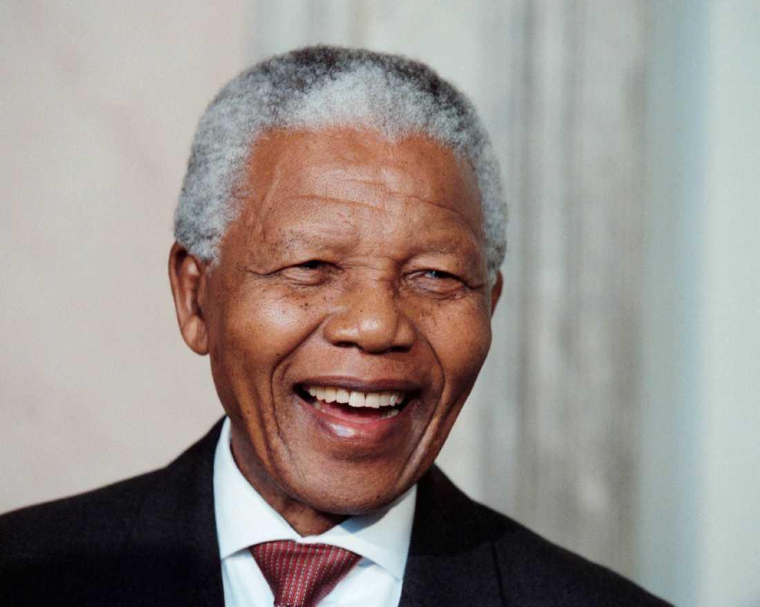 Den sydafrikanske ANC-ledaren och medborgarrättskämpen Nelson Mandela tillträdde sitt som president i april 1994. 1964 dömdes han till livstids fängelse men frigavs 1990. 1993 erhöll han Nobels fredpris tillsammans med FW de Klerk, dåvarande preidenten i Sydafrika.