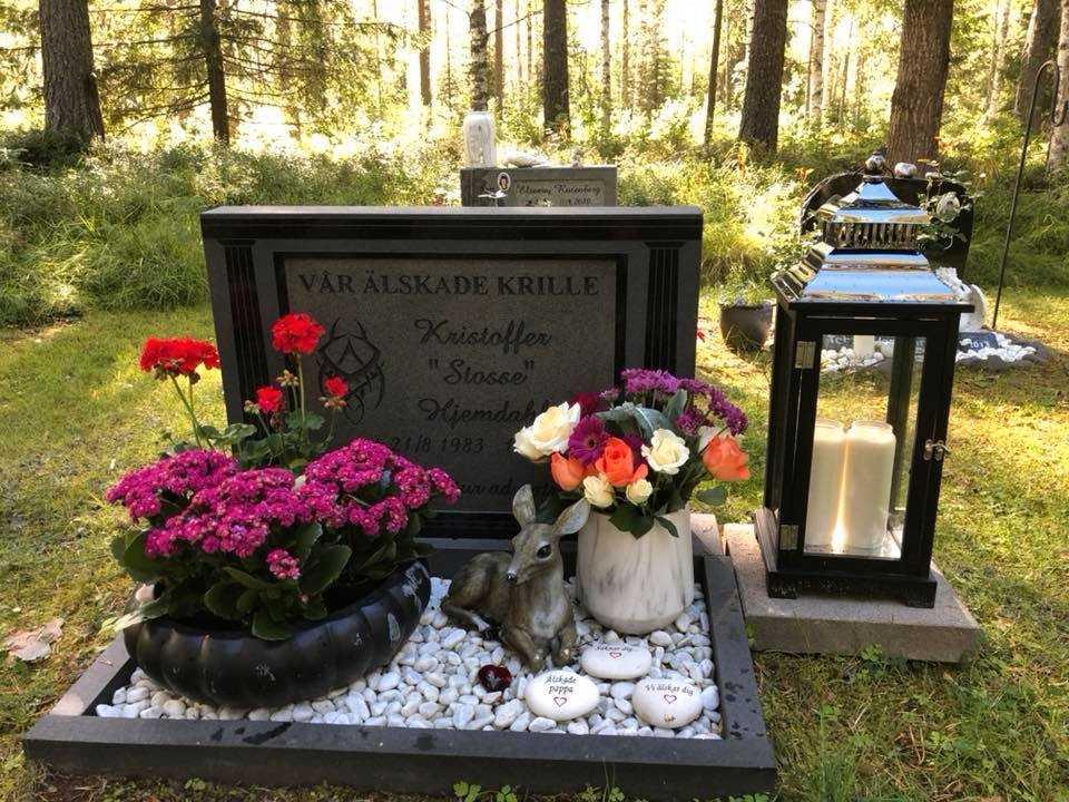 Någon tar sakerna från graven där Carinas son ligger.