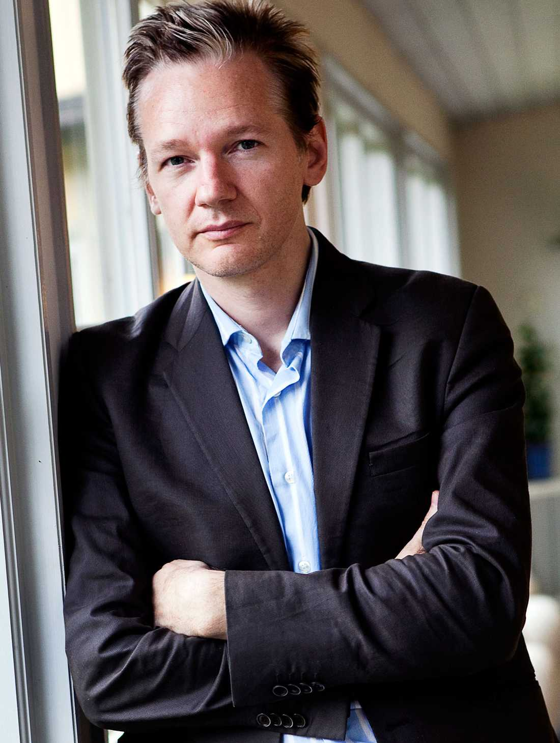 Nyheten om att Julian Assange misstänks för sexbrott i Sverige blev en världsnyhet. Nu funderar Wikileaksgrundaren på att stämma svenska staten.