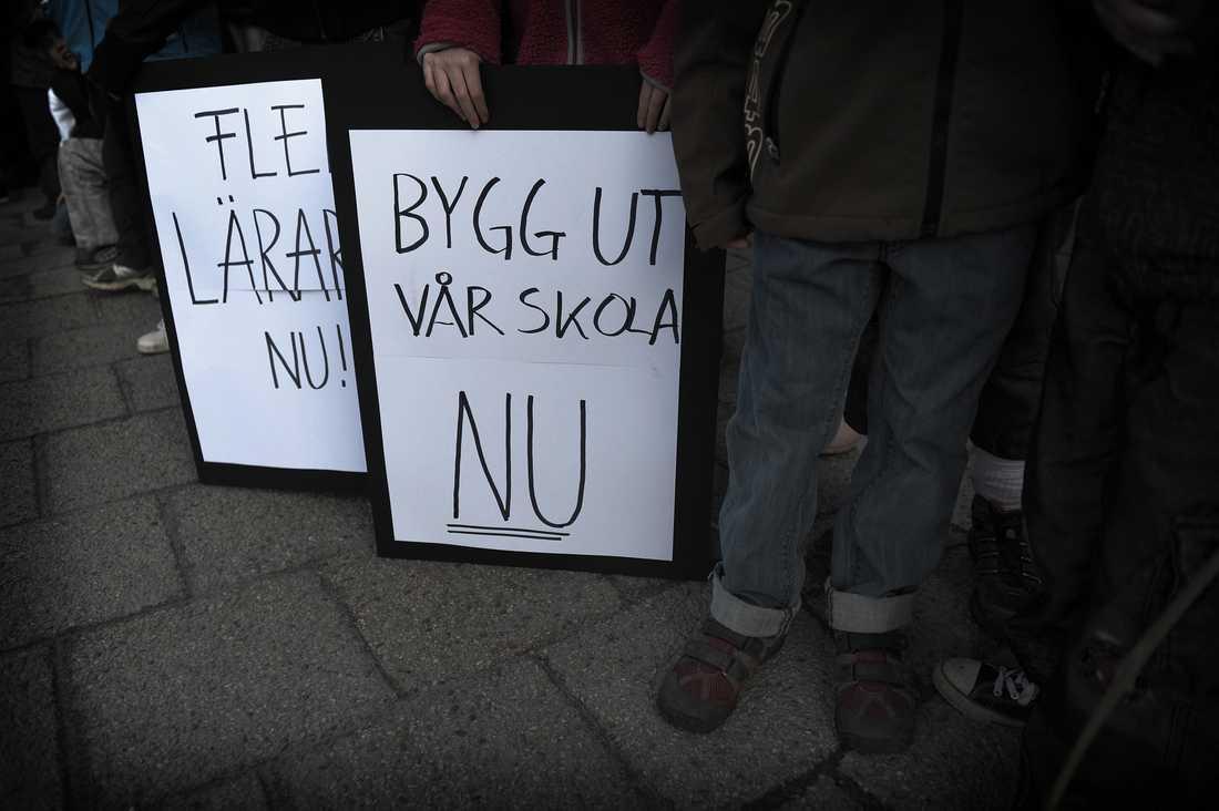 Protesterna sprider sig över hela landet, och hundratals elever, föräldrar och lärare sluter upp i demonstrationerna.