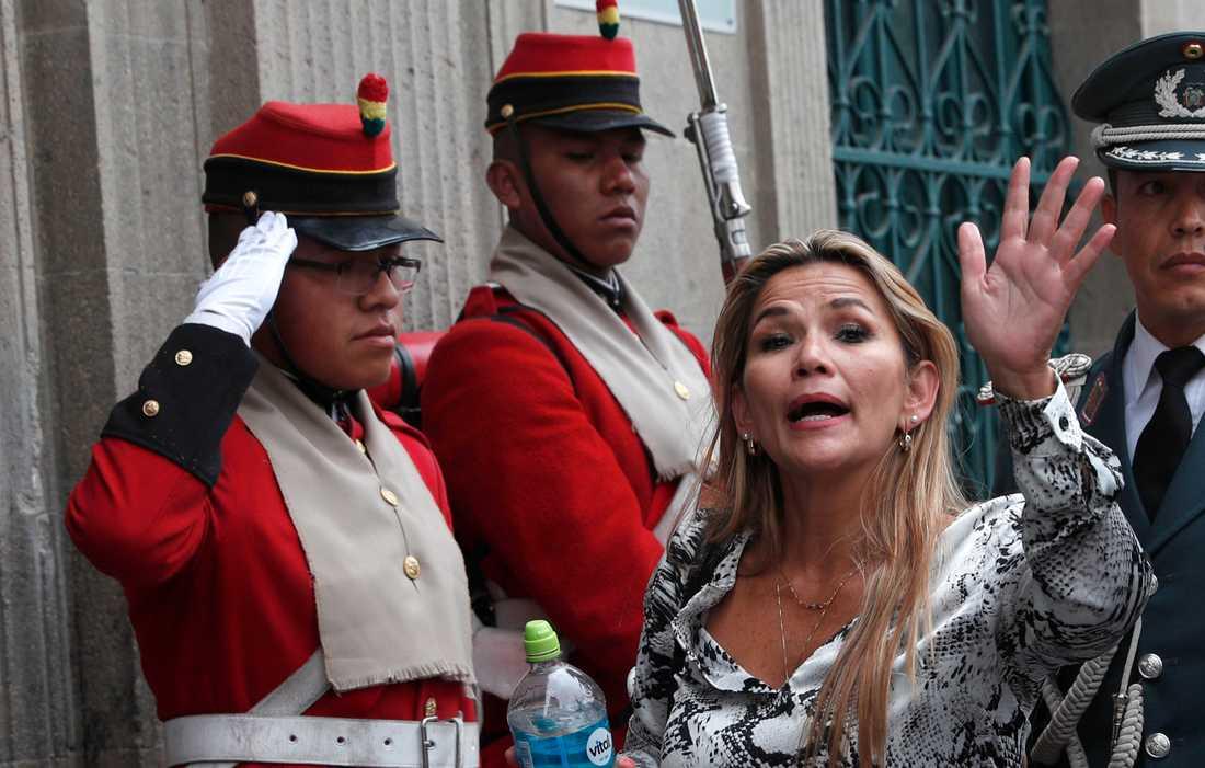 Bolivias interimspresident Jeanine Áñez utanför presidentpalatset i La Paz på onsdagen.