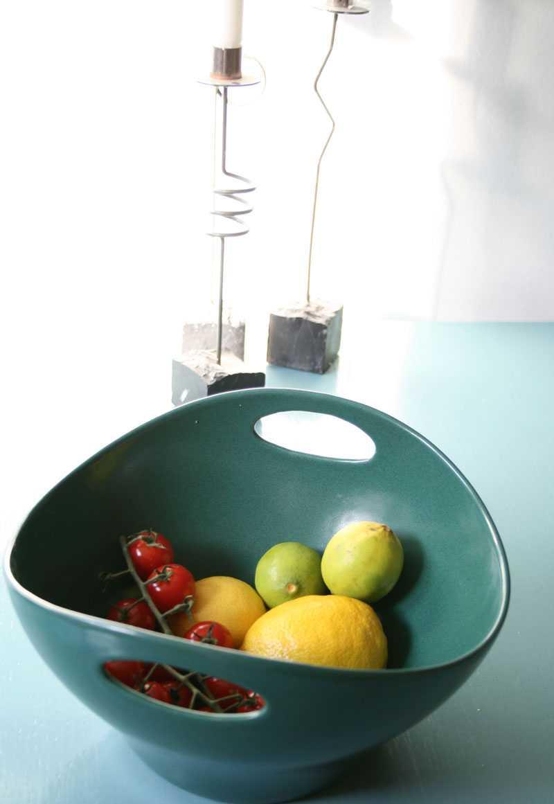 Med tiden har allt överflödigt fått ge vika för de saker som Kristina verkligen uppskattar och har nytta av. Dit hör den vackra skålen från Höganäs som har sin ständiga plats på bordet och rymmer frukt och tomater.