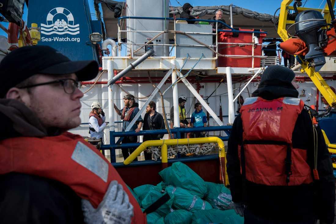 Ny besättning och förnödenheter lastas på Sea watch 3 från ett annat hjälpfartyg.
