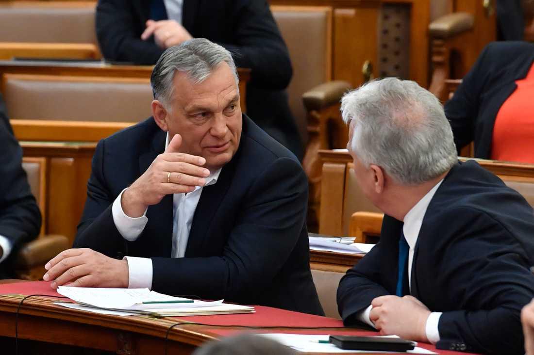Viktor Orbán och Ungerns regeringsparti Fidesz har tagit över all makt i landet och i praktiken avskaffat demokratin som en del av att bekämpa coronaviruset. EU, Sverige och svenska Kristdemokraterna och Moderaterna måste agera.
