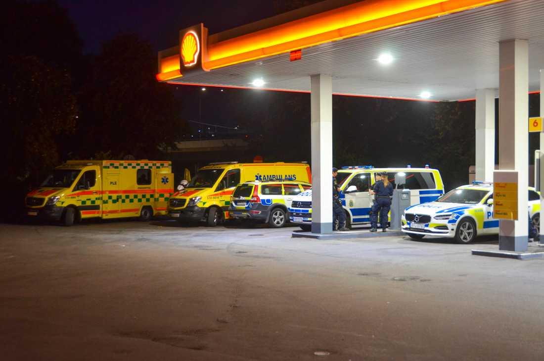 Polisen spärrade i natt av ett stort område runt restaurangen. Här samlas blåljuspersonal vid en bensinmack en bit ifrån.