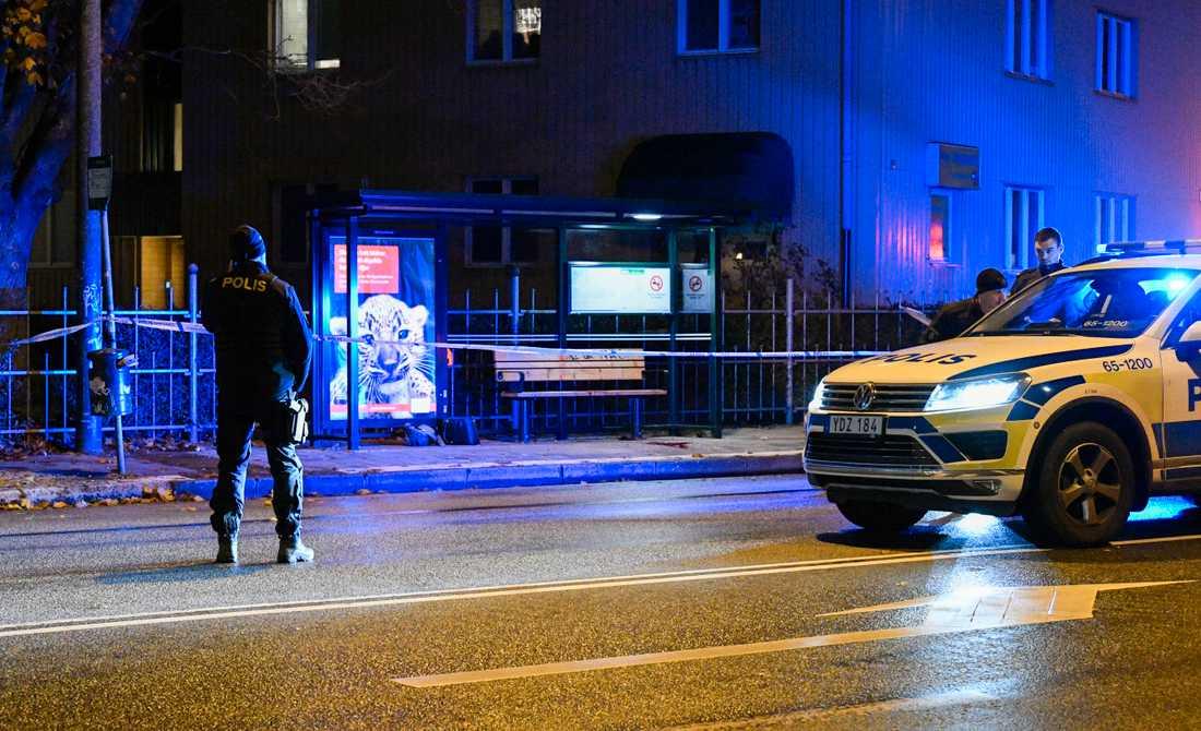 Polisen spärrade av ett område vid en busshållplats i Malmö efter den grova misshandeln.