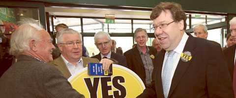 ja eller nej? Irlands premiärminister Brian Cowen kampanjar i Tullamore.