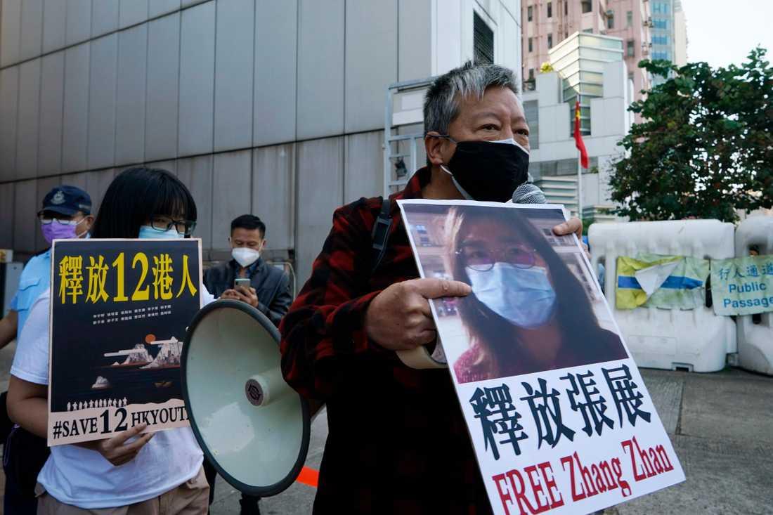 Aktivister i Hong Kong kräver att den kinesiska journalisten Zhang Zhan friges vid en demonstration den 28 december 2020.