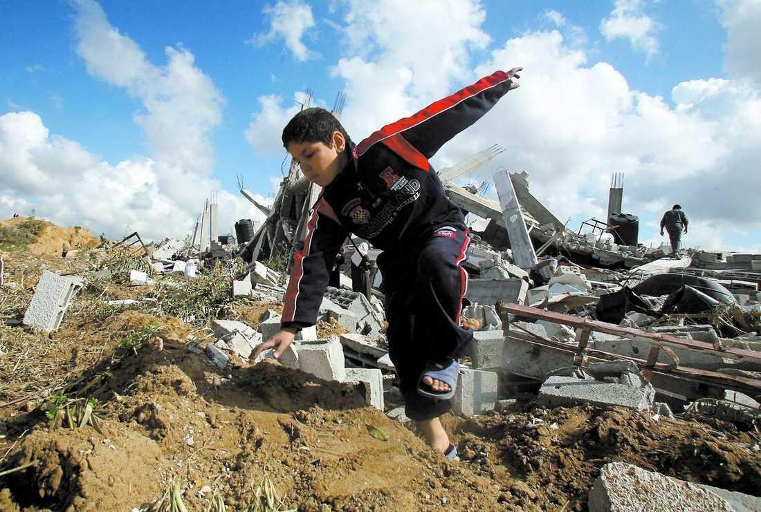 LETAR SITT HEM En palestinsk pojke bland ruinerna runt flyktinglägret Jabaliya i Gaza i går.