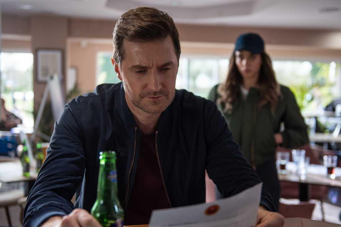 Adam Price (Richard Armitage) och främlingen (Hannah John-Kamen).