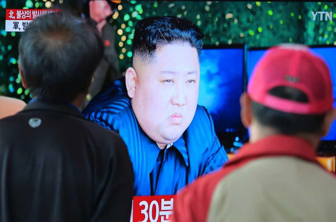 Resenärer på järnvägsstationen i Seoul tittar på en tv-bild av grannlandets ledare Kim Jong-Un, i samband med att Nordkorea i början av maj 2019 uppgetts ha avfyrat ett antal oidentifierbara projektiler. Ända sedan Koreakrigets slut 1953 finns bara en vapenvila mellan de båda länderna och risken för uppblossad konflikt präglar relationerna på Koreahalvön.