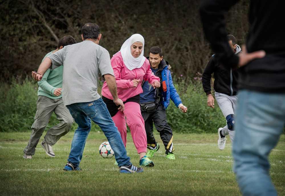 Nadia Kayak, 33, gör flera mål i fotbollen, trots att hon bara spelat en gång innan.