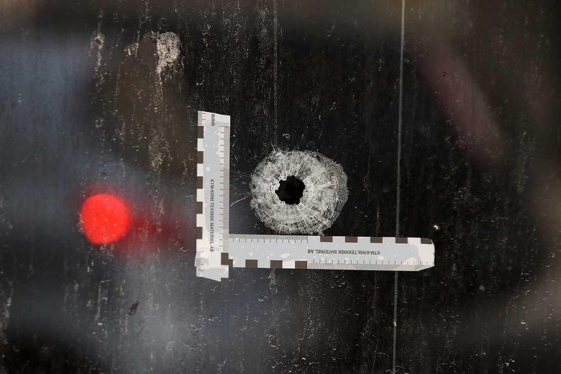 Gärningsmännen sköt med automatvapen från en parkerad bil.