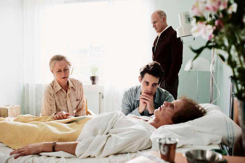 """Jonas Gardells """"Torka aldrig tårar utan handskar"""" hyllas. Nu vill även utländska tv-kanaler köpa serien. Men det var inte alla som var positiva till en början – och en del länder tackar nej. """"På manusstadiet var det någon tv-chef som tyckte att 'det är ett jättebra manus, men vill folk verkligen se bögar som dör i aids?'. Men det ville de ju uppenbarligen"""", säger Gardell."""