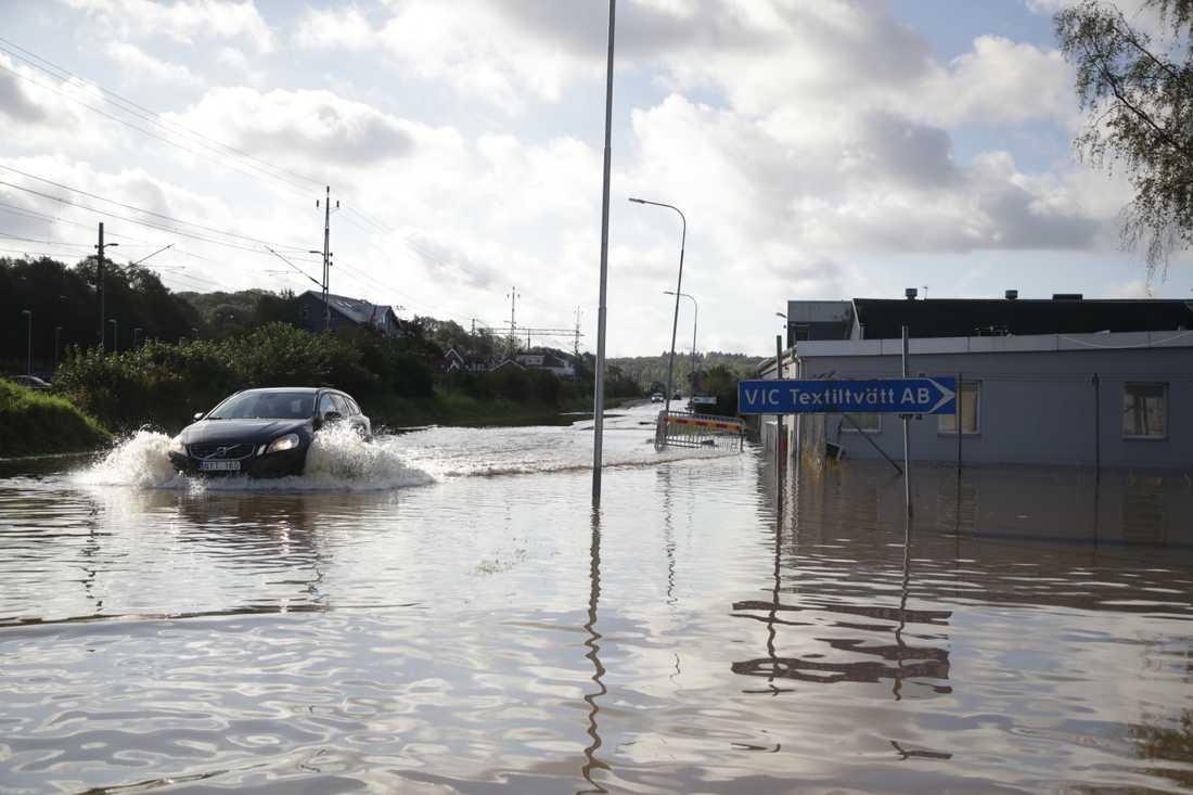 Översvämningar på Ekenleden i Kållered utanför Göteborg på onsdagen.