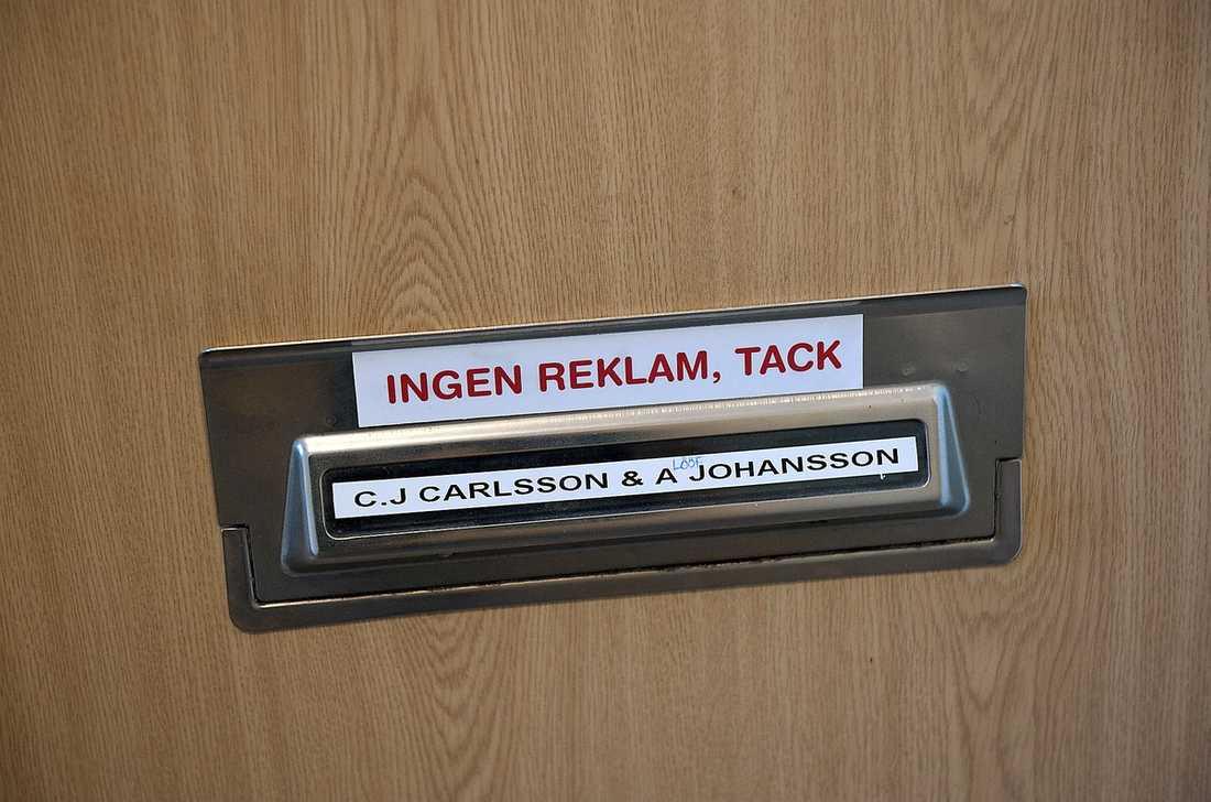 I lägenheten i Värnamo står både Annie Lööfs och hennes makes namn på brevinkastet.