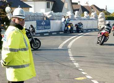 DÖDSKURVAN I denna kurva strax utanför byn Kirk Michael på ön Isle of Man skedde dödsolyckan. 39-årige Joakim Karlsson skadades så svårt att han omkom strax efter kraschen.Karta: PAUL WALLANDER