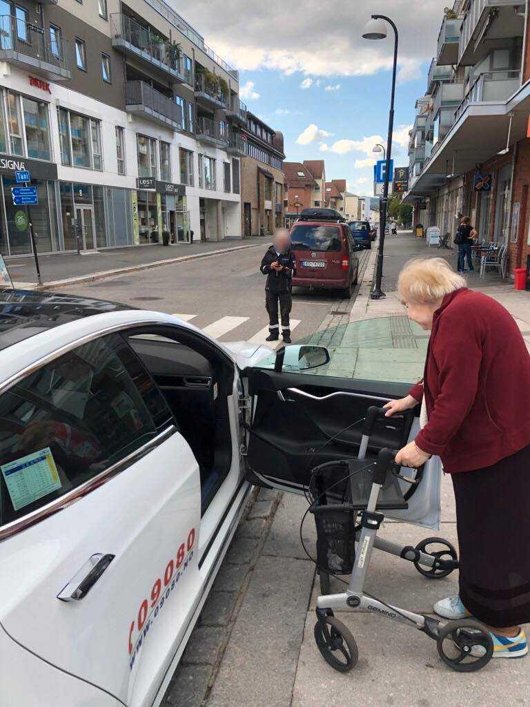 Tron fotade när parkeringsvakten gav honom böter.