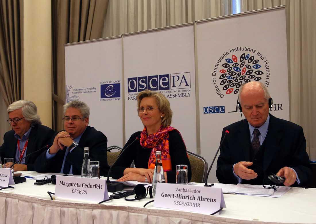 Riksdagsledamoten Margareta Cederfelt (mitten på bilden) leder en grupp valobservatörer från OSSE som granskat valet i Vitryssland. Arkivbild.