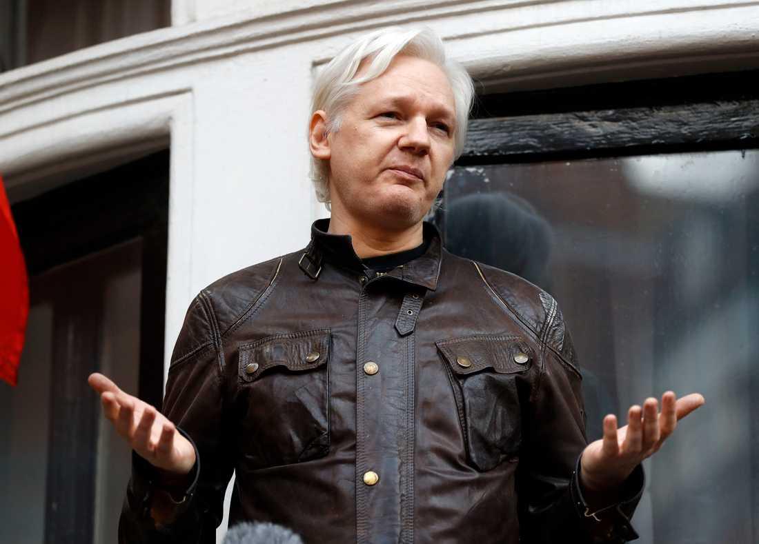 Julian Assange utanför Ecuadors ambassad 2017.