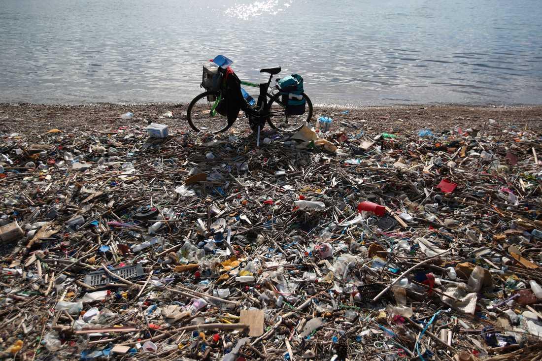 EU:s nya regler mot engångsplast är framför allt till för att minska plastskräpet i havet och på stränder. Så här såg det ut i Neo Faliro , söder om Greklands huvudstad Aten, i vintras. Arkivfoto.