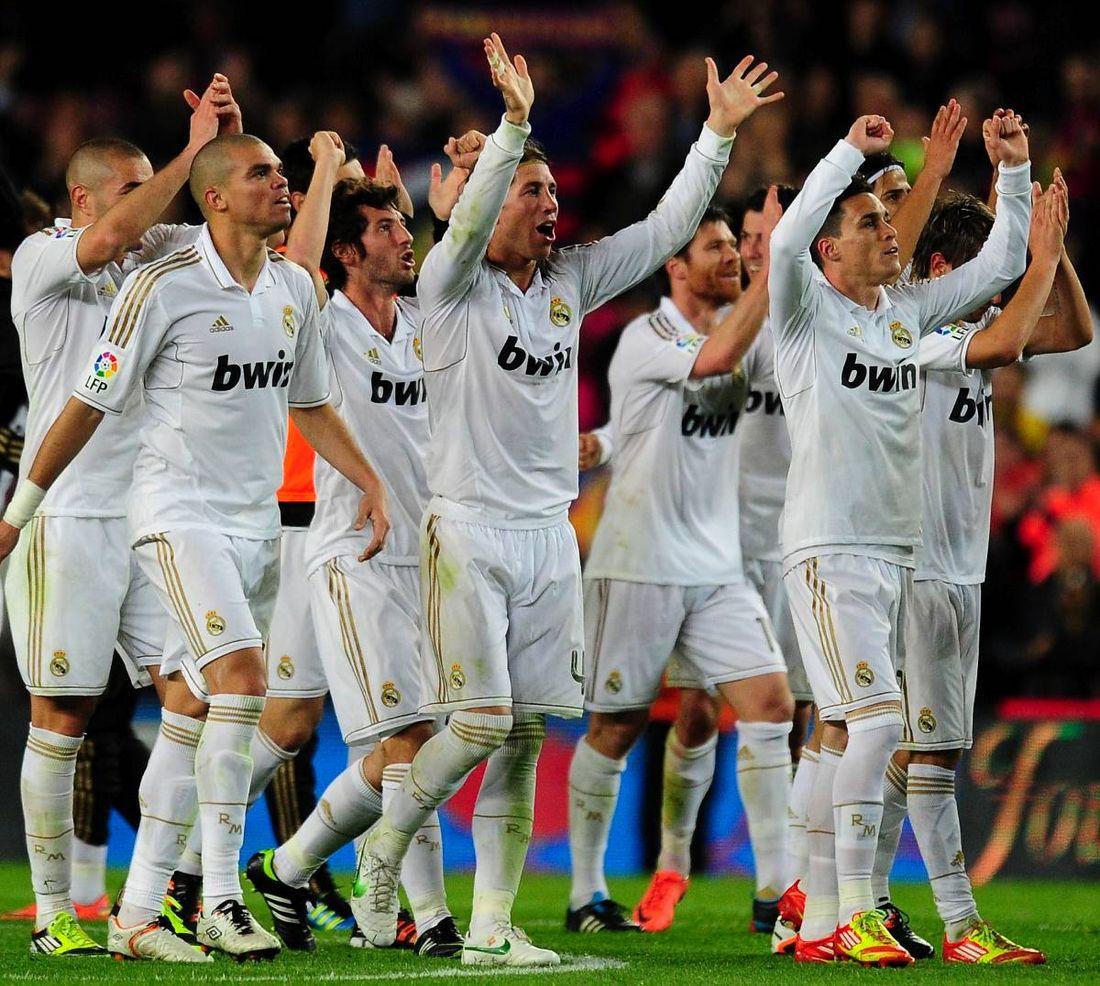 TITELN NÄRA Real Madrids stjärnor jublar efter segern på Camp Nou. Nu leder  Real ligan 7068dd3bf9743