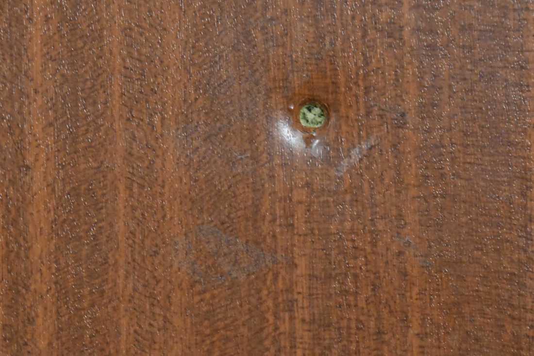 Skottavlossades mot lägenhetens dörr.