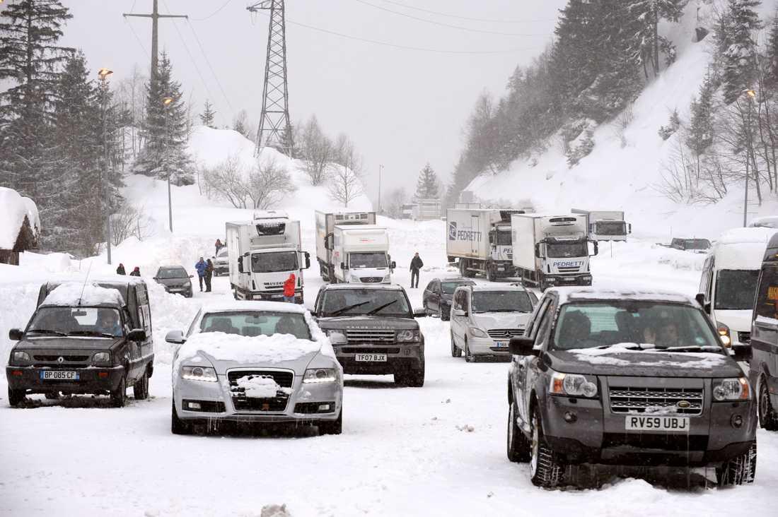Flera bilar fastnade i snökaoset i Val d'Isere.