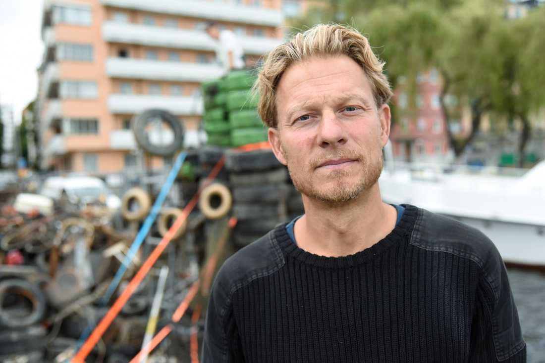 Fredrik Johansson, initiativtagare till projektet Rena Mälaren, som bygger en installation av Stockholms stadshus av sopor som man hittat i Riddarfjärden.