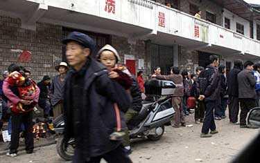 Evakuering på gång. Alla som bor inom fem kilometer från olycksplatsen har beordrats lämna sina hem.