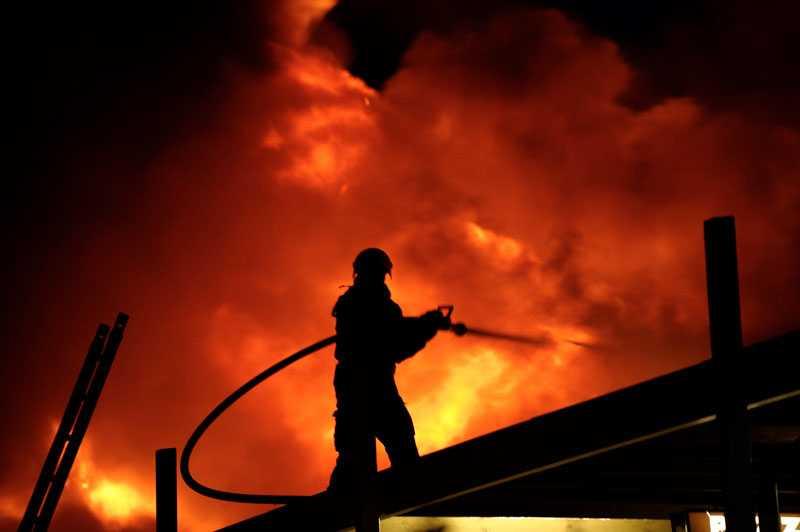 Vid 23-tiden tog räddningstjänsten beslutet att ge upp vissa delar av köpcentrat för att rädda omgivande delar.