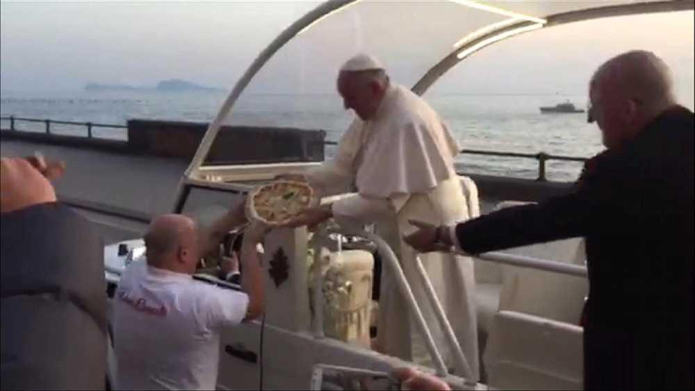 Under sitt besök i Neapel fick påven en pizza.