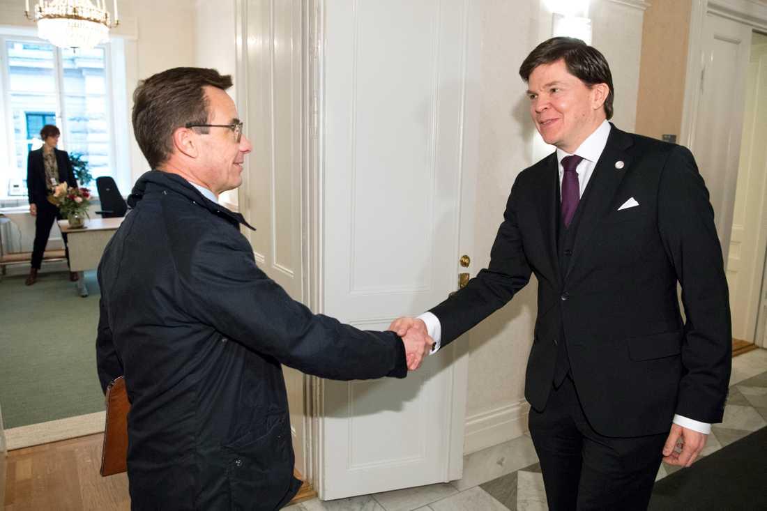 Talman Andreas Norlén tar emot Moderaternas partiledare Ulf Kristersson i talmanskorridoren för ytterligare en talmansrunda.