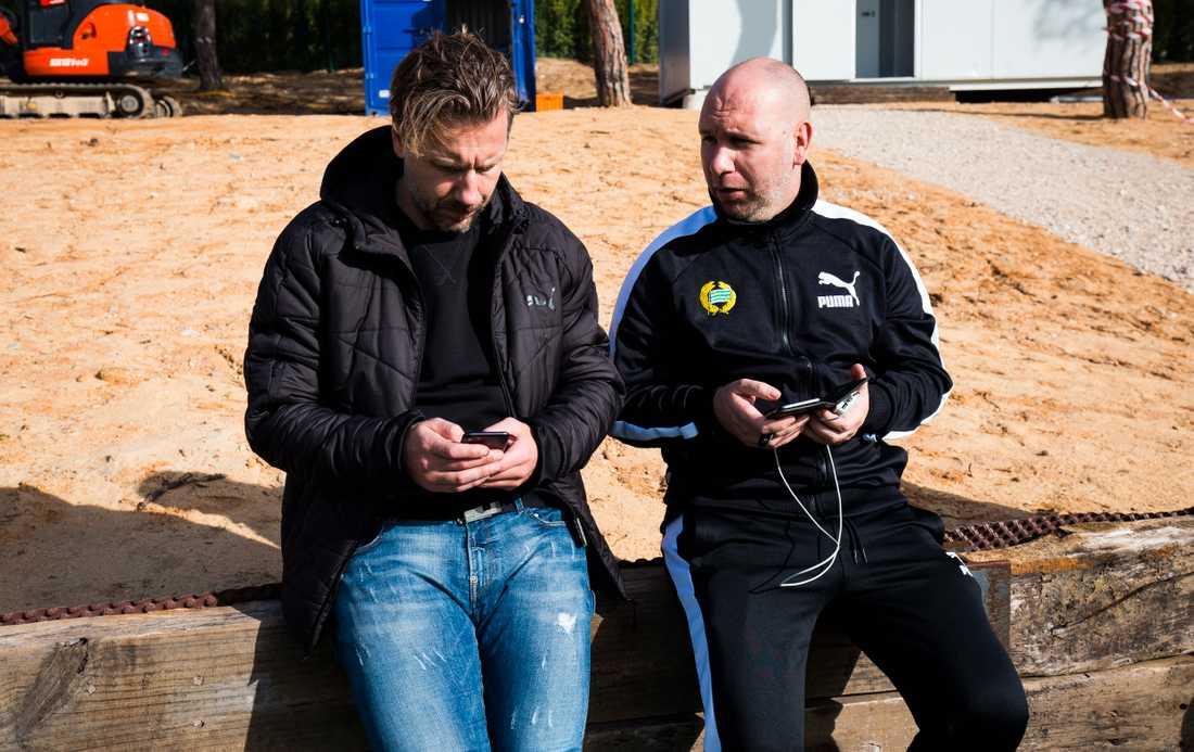 Jesper Jansson och scoutansvarige Mikael Hjelmberg