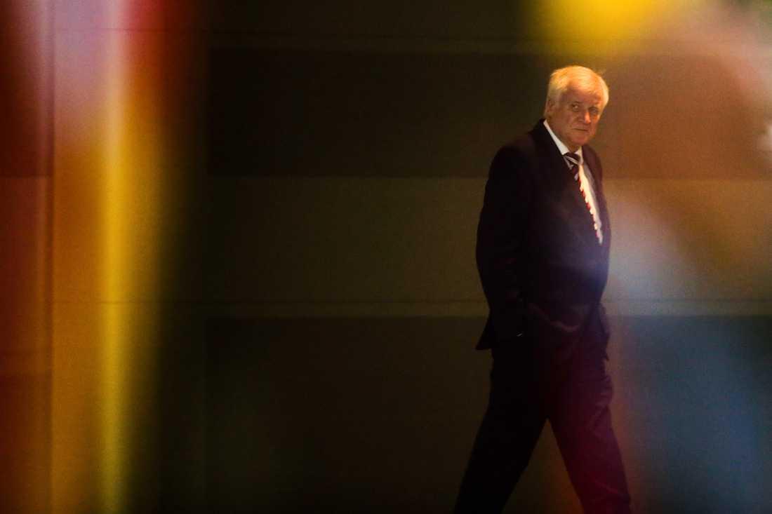 Tysklands inrikesminister Horst Seehofer lämnar Angela Merkels kansli i Berlin efter ett bostadspolitiskt möte i september.