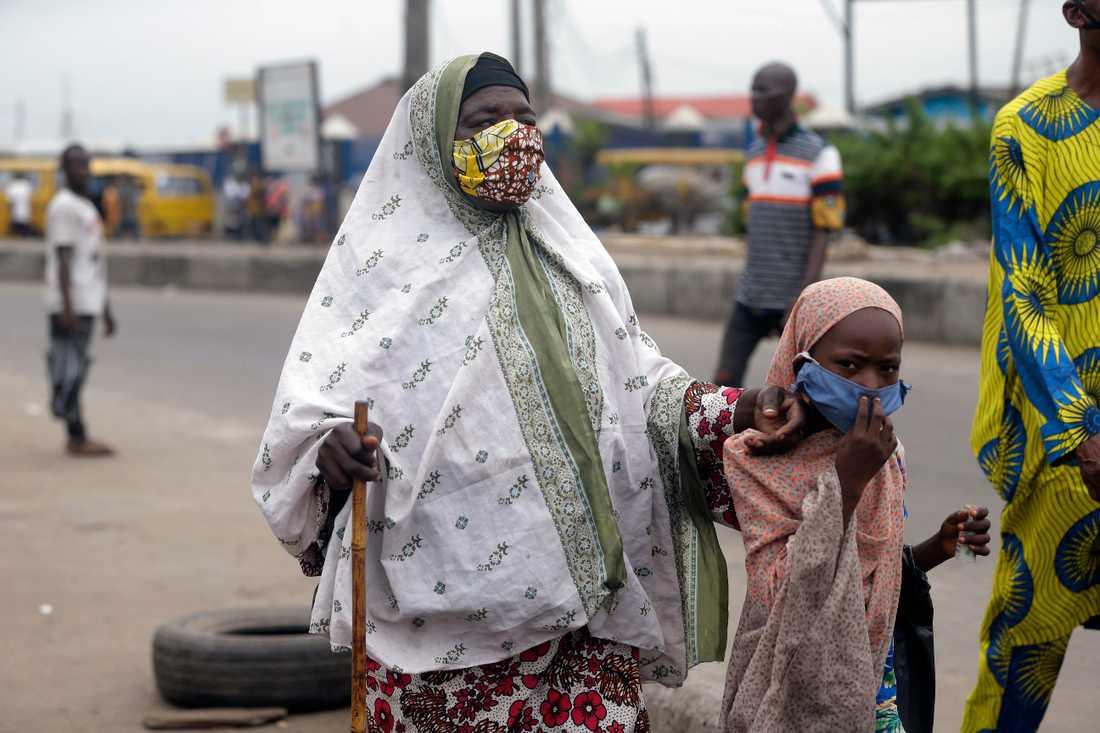 Nigeria lättar på utegångsförbudet i mångmiljonstaden Lagos.