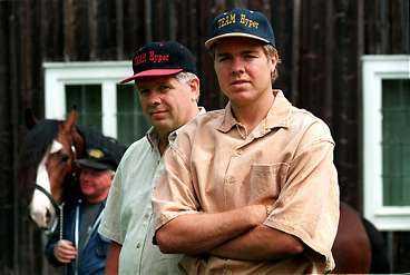 """familjelycka Tomas Brolin och pappa Runes häst Hyper (i bakgrunden) skrällvann på Hagmyren i går. """"Vilken härlig start på midsommarfirandet"""", säger segerkusken Rune."""
